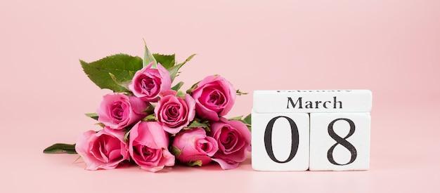 Розовый цветок розы и 8 марта календарь с копией пространства для текста. концепция любви, равноправия и международного женского дня Premium Фотографии