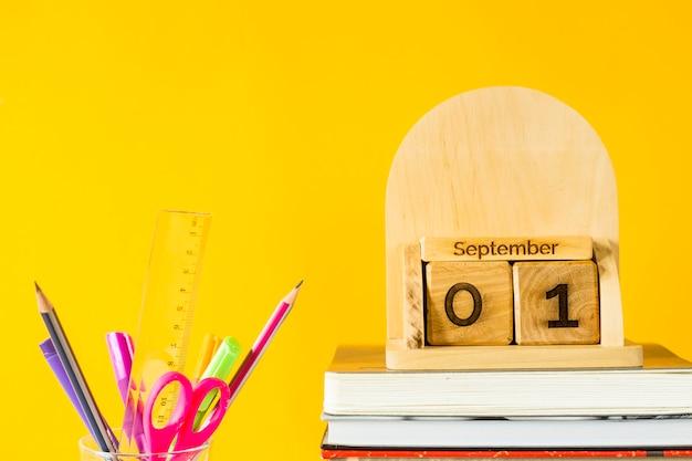 教科書やペンの中の木製のカレンダーに9月1日 Premium写真