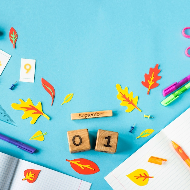 青色の背景に研究用の物資の中で木製のカレンダーに9月1日 Premium写真
