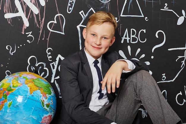 児童男子生徒が9月1日に学校で勉強し、世界教師の日 Premium写真
