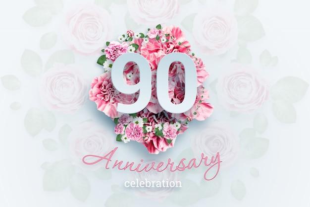 ピンクの花の90の数字と記念日のお祝いのテキストをレタリングします。 Premium写真