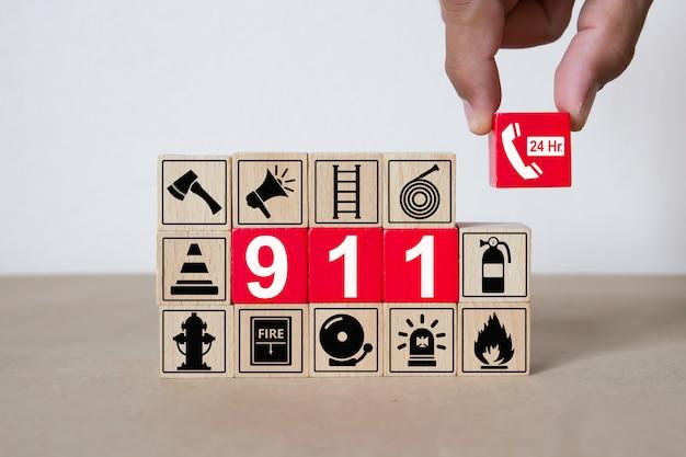 グラフィック911緊急番号付き木製ブロック。 Premium写真