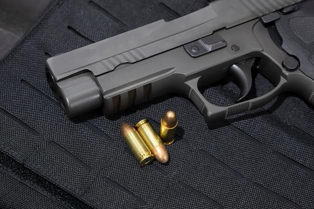 防弾チョッキの拳銃と9mmの弾丸 Premium写真