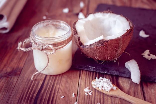 ココナッツとココナッツオイル Premium写真