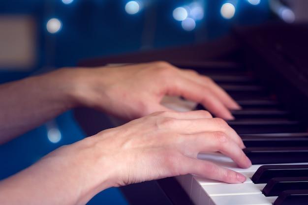 ピアノを弾く女性の手 Premium写真