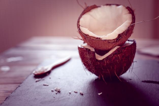 ココナッツの半分 Premium写真