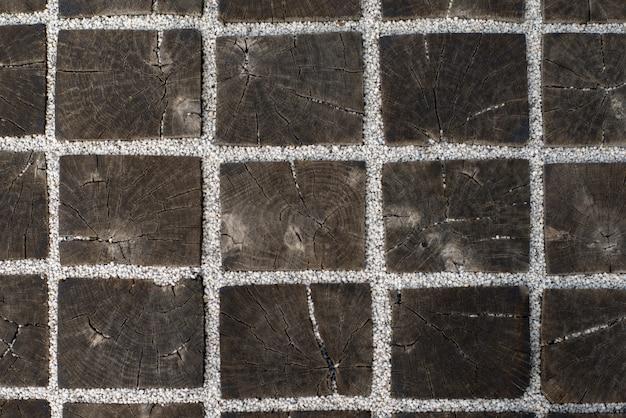 Текстура деревянных квадратных брусьев, прикрепленных белой галькой Premium Фотографии