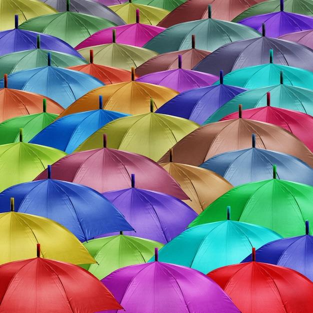 Группа цветных зонтиков Premium Фотографии