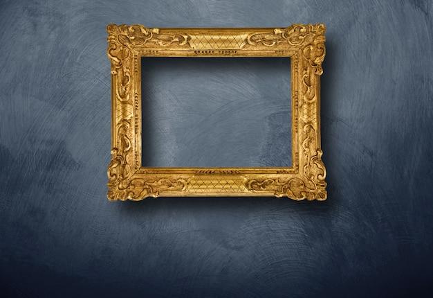 Старая рамка висит на стене Premium Фотографии