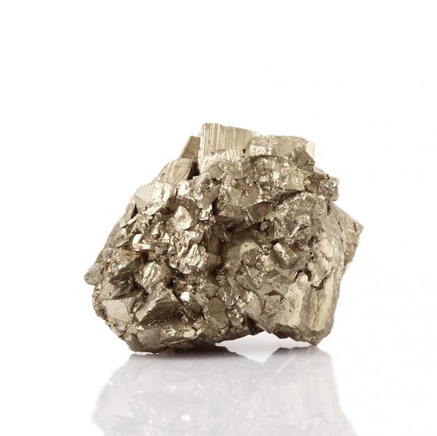 Пирит кристаллы на белом Premium Фотографии