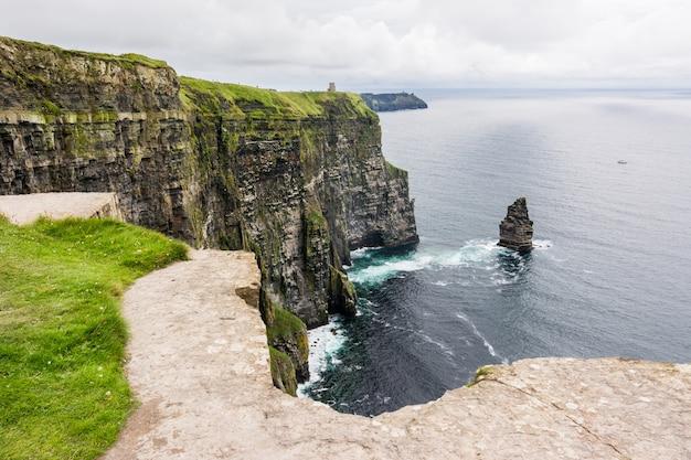 アイルランドのモハーの断崖 Premium写真