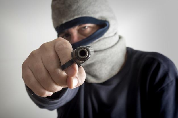 Анонимное вооруженное ограбление Premium Фотографии