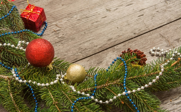 木製の背景にモミの木の枝でクリスマス装飾つまらない Premium写真