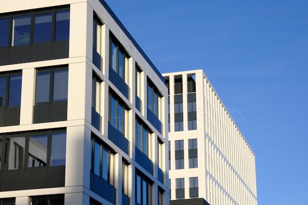 新しい現代的なビジネスセンターの近代的なオフィスビルのファサード。 Premium写真