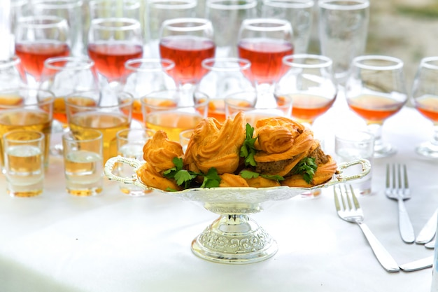 エクレアと宴会テーブルの上の飲み物 Premium写真