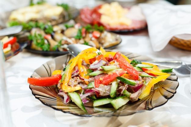 宴会テーブル、浅い被写し界深度のサラダ Premium写真