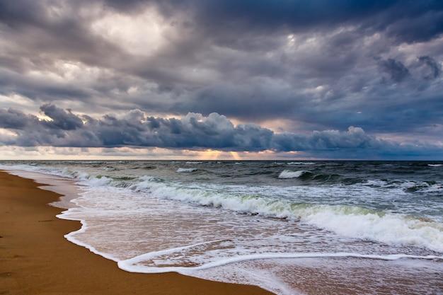 朝の海景に劇的な空。 Premium写真