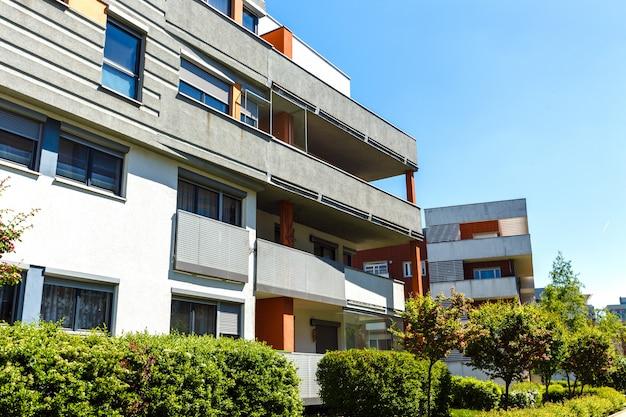 青い空に近代的なアパートの建物の外観 Premium写真