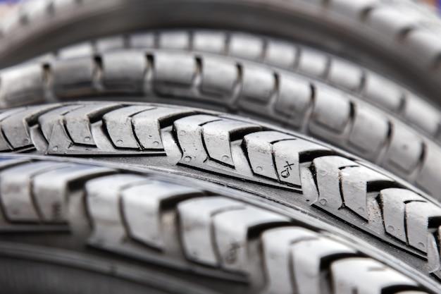 車の修理店で黒いタイヤのテクスチャをクローズアップ。 Premium写真