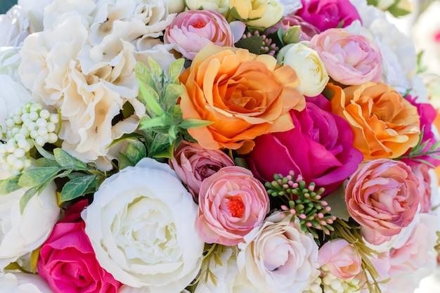 造花のバラとトルコギキョウの装飾ウェディングブーケ。 Premium写真