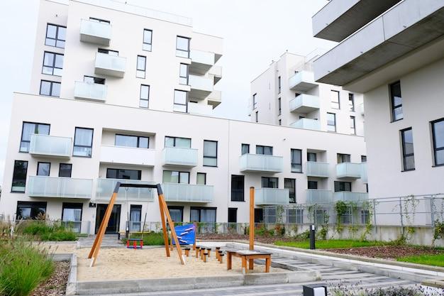 モダンな住宅街の居心地の良い中庭でハンモックとスイングのある遊び場。 Premium写真