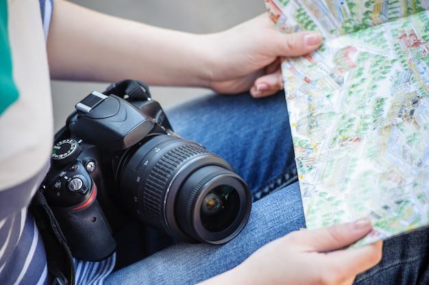 女の子の手の中に地図 Premium写真