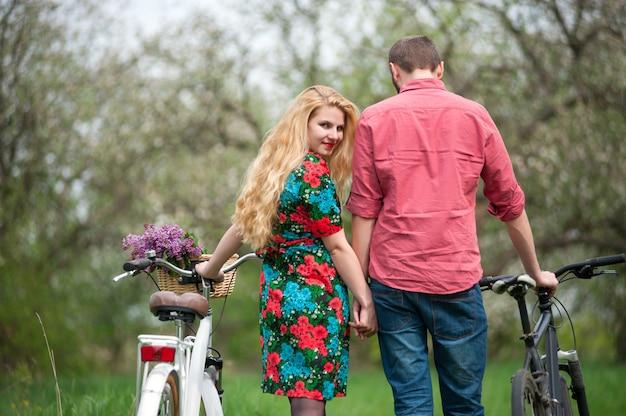 自転車で愛する若いカップル Premium写真