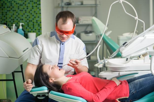 歯科医院の歯科医で受付中の患者 Premium写真