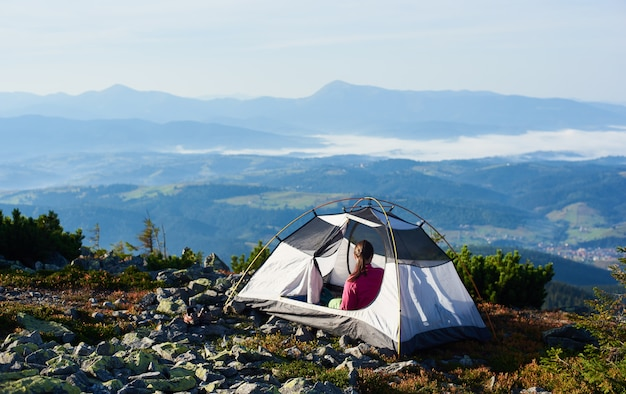 明るい夏の朝に山の頂上でキャンプ Premium写真