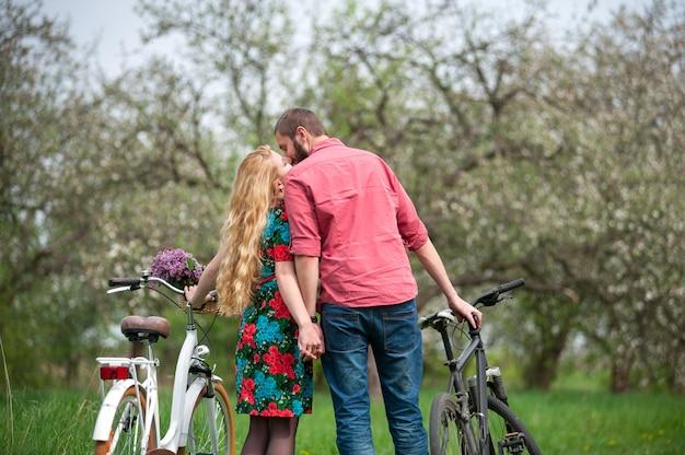 自転車の近くキス愛の幸せな若い家族 Premium写真