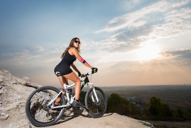 山のマウンテンバイクの女性 Premium写真