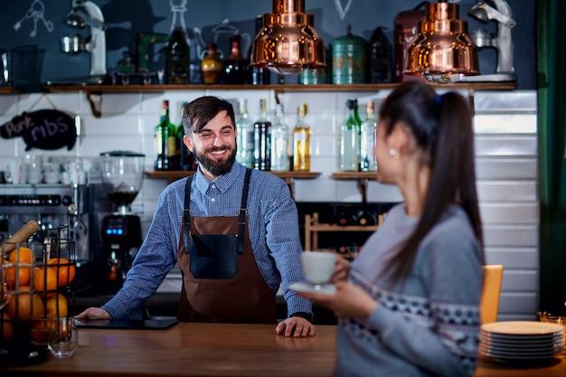 カフェバーレストランのバーテンダー、バリスタそして顧客 Premium写真
