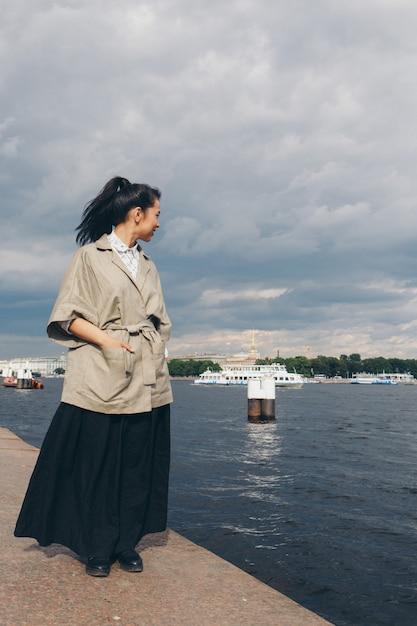 和風の髪と着物のウォーターフロントの上を歩いて美しいアジアの女性 Premium写真