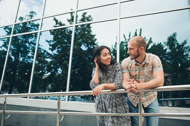 街でデートをするカップル。男は散歩で女性を賞賛します。家族の日、バレンタインデー Premium写真