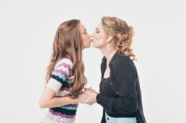 キスする女性の肖像 Premium写真