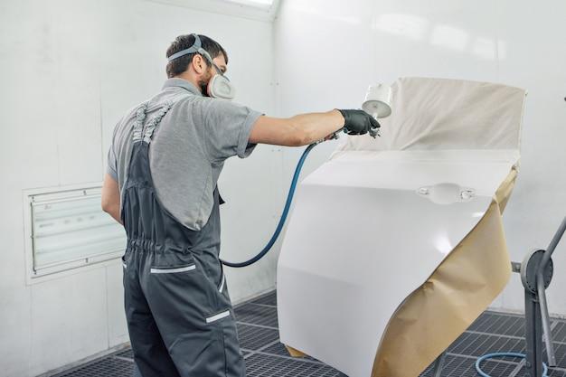 機械のクローズアップの詳細。塗料が機械の表面に塗布されている Premium写真