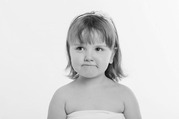 少女は白い背景にしかめっ面。 Premium写真