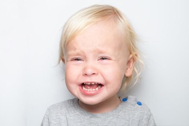 泣いている白人の男の子白 Premium写真