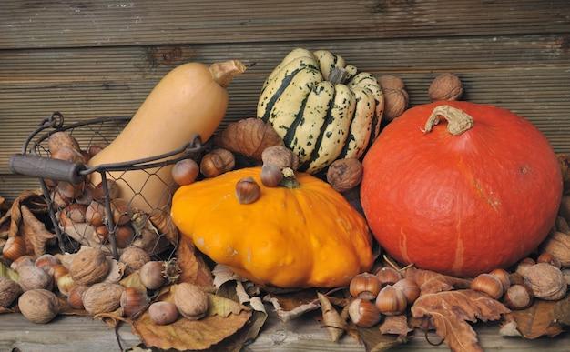Осенние тыквы и сухофрукты Premium Фотографии