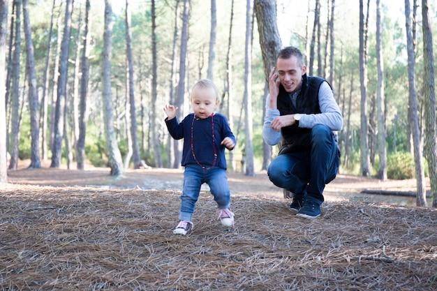 Семья отца играя совместно в напольном парке Premium Фотографии