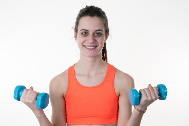 Усмехаясь работать весов женщины фитнеса поднимаясь изолированный Premium Фотографии