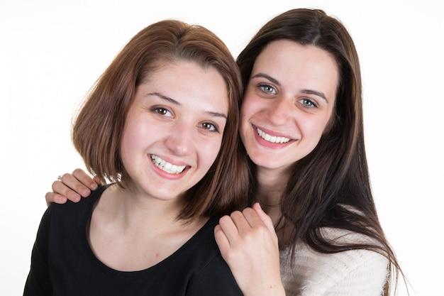 分離された友情の若くて美しい姉妹 Premium写真