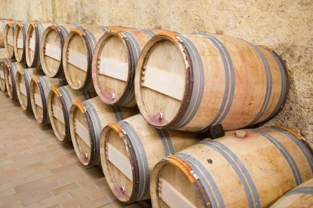 ワインセラーの木製オーク樽 Premium写真