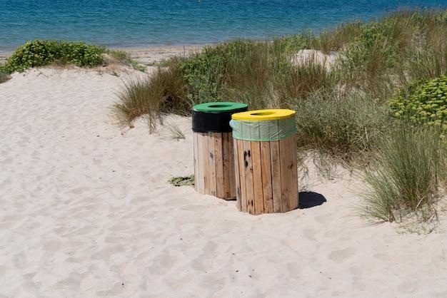 Селективный сортировщик на пляже на острове вандей нуармутье вандее франция Premium Фотографии