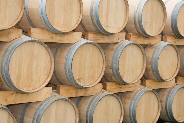 セラーボルドーワインセラーに並ぶオーク樽 Premium写真