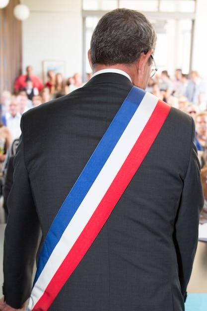 Французский мэр во время свадебной церемонии Premium Фотографии