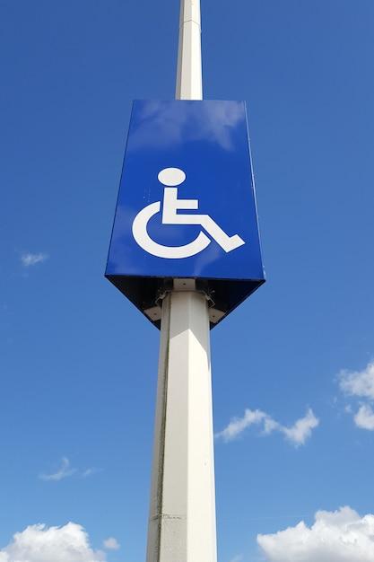 障害者専用の駐車スペースがある道路標識のあるマスト Premium写真
