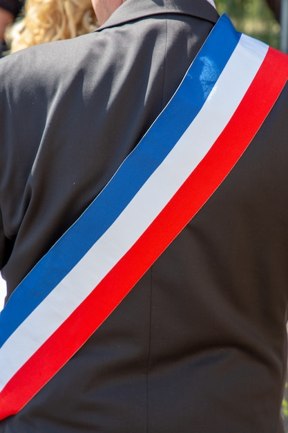 スカーフとお祝いの間にフランスの市長をバックアップします。 Premium写真
