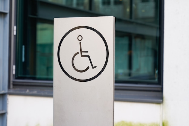 Доступ для людей с ограниченными возможностями на инвалидной коляске Premium Фотографии