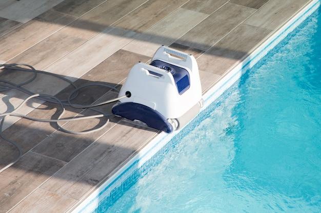 プールを掃除するためのプール掃除ロボット Premium写真